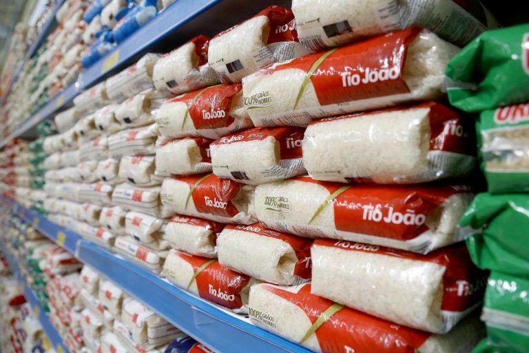 Em algumas cidades, o preço do pacote de 5 kg de arroz ultrapassou os R$ 40. Foto: Geraldo Bubniak / Agência de Notícias do Paraná