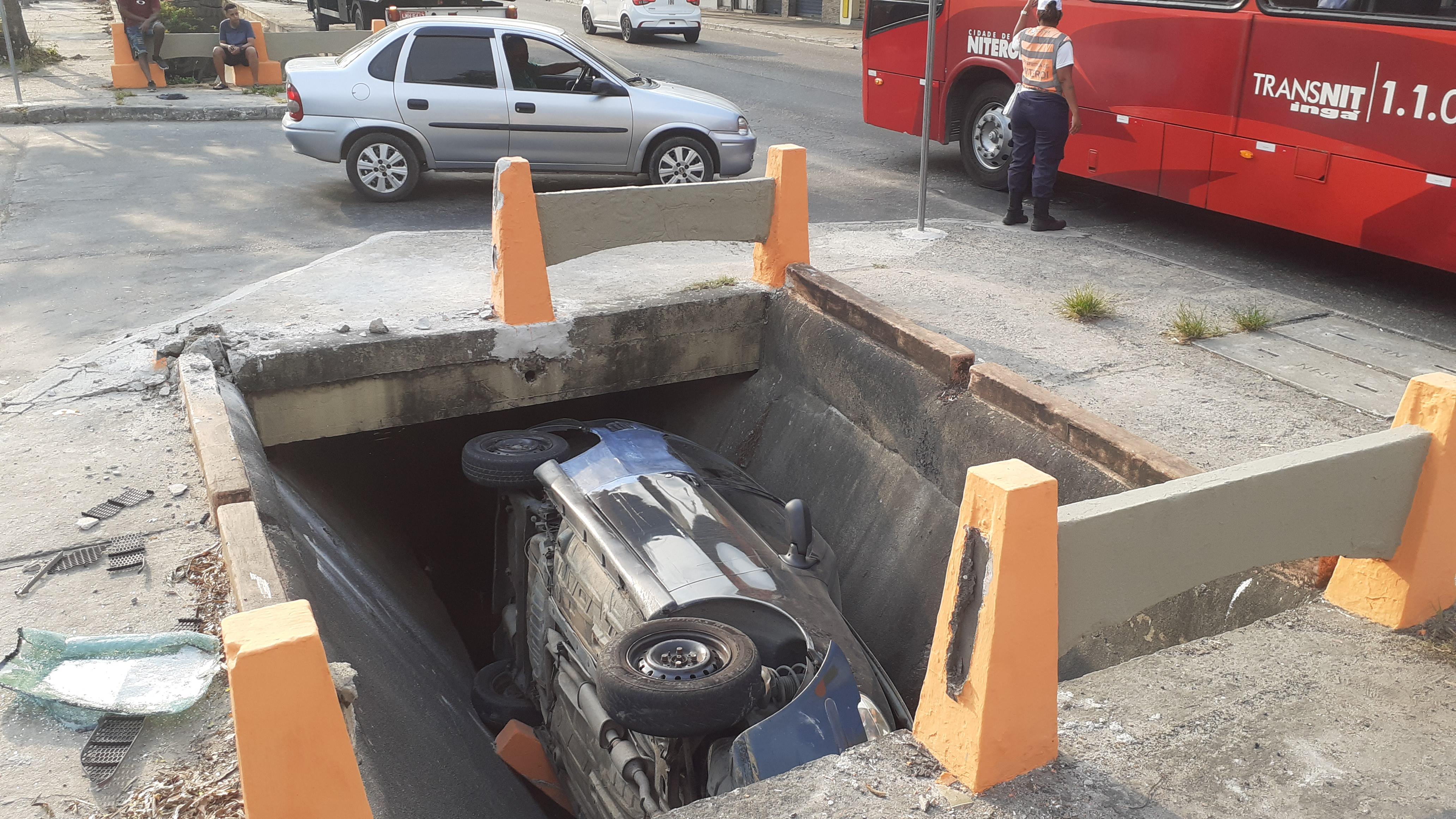 Motorista perde o controle e cai dentro de rio no Fonseca, em Niterói