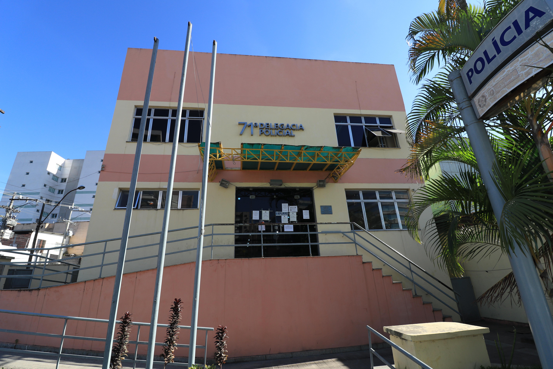 O acusado foi levado para a 71ª Delegacia Policial (DP), de Itaboraí. Foto: Fernando Mariano